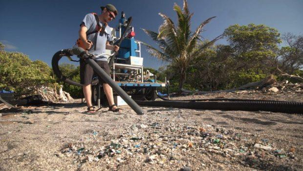 Jovenes crean una máquina capaz de separar los microplásticos de la playa -